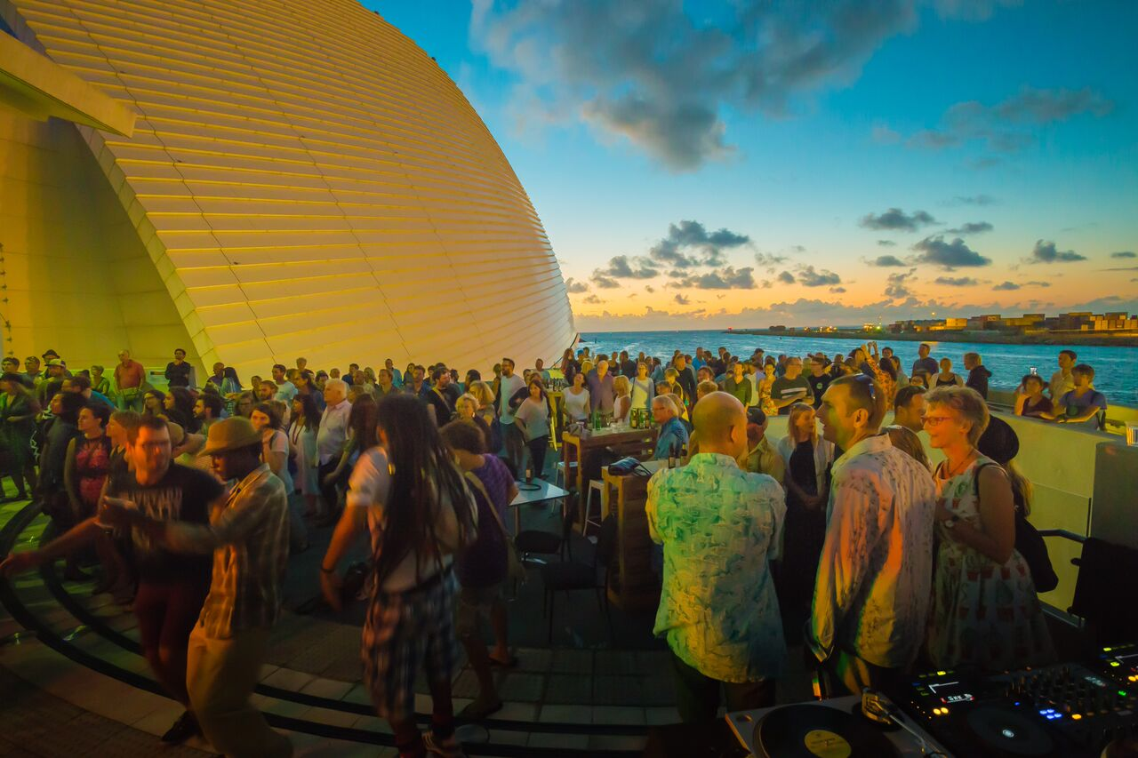 Dusk beautiful crowd balcony john mayo photography